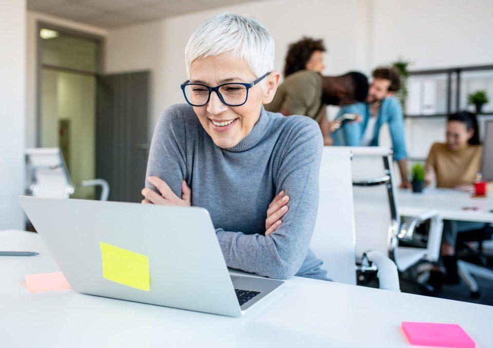 Dona schaut ein Marketing Automation Webinar über Aivie